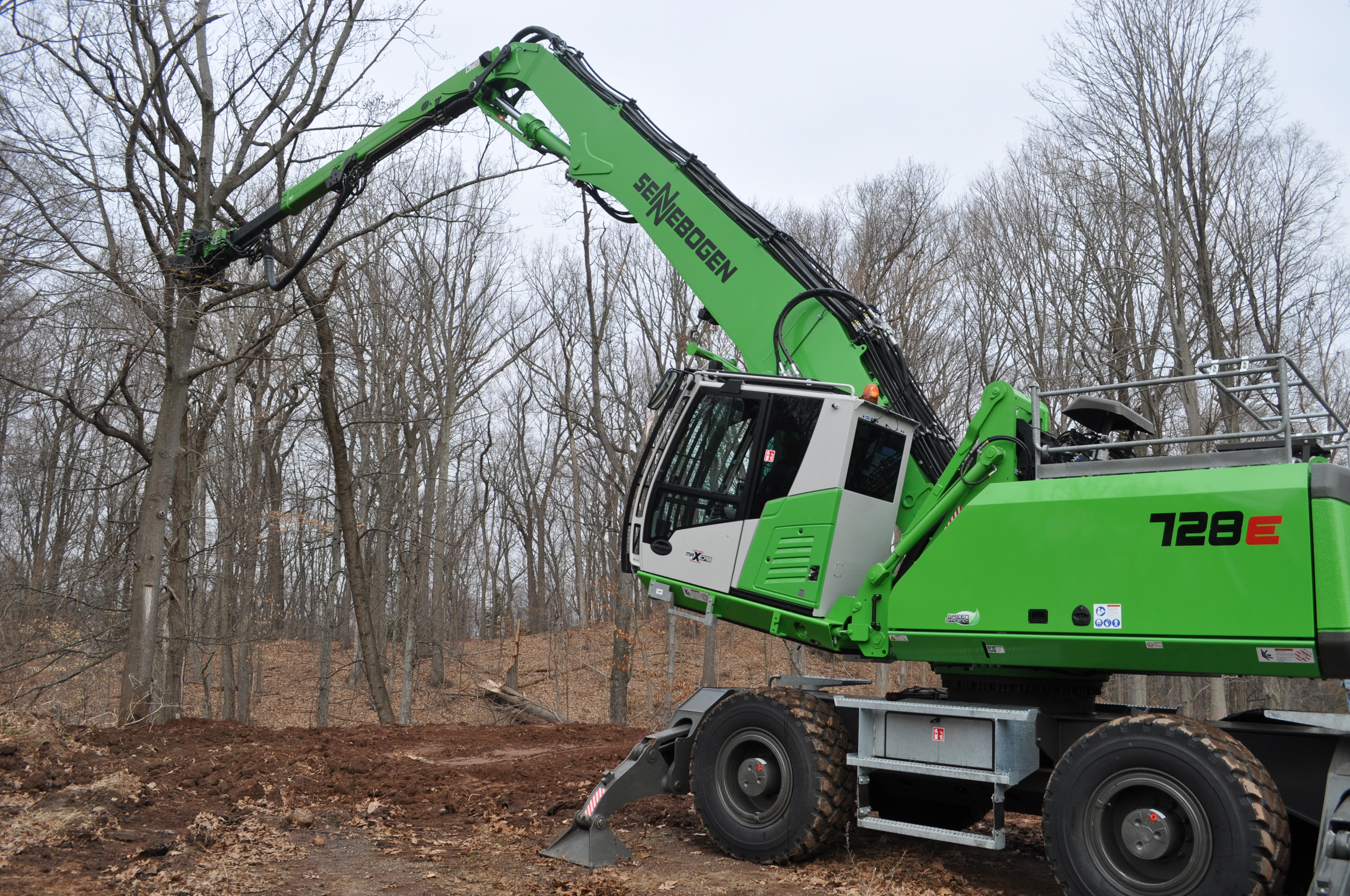 SENNEBOGEN 728 cutting tree